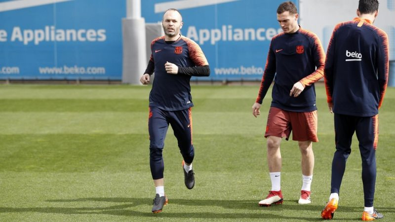 Iniesta returns to training after recovering from a hamstring injury